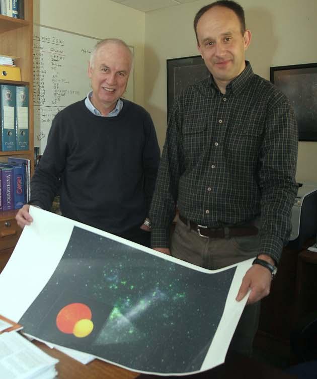Los astrónomos del CATA, Dres. Wolfgang Gieren y Grzegorz Pietrzynski, junto a una fotografía impresa de la Gran Nube de Magallanes y una imagen digitalizada, que representa el sistema encontrado
