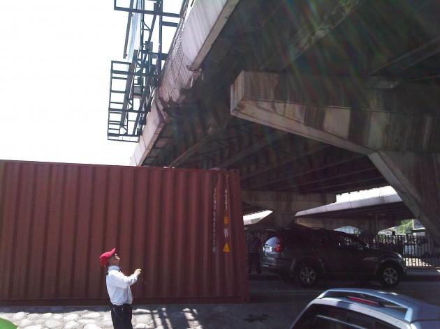 Contenedor cayó de camión / Daniel Cortés