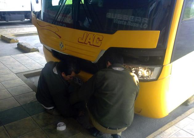 Bus reparado a la chilena: con una pita | Roberto Sánchez