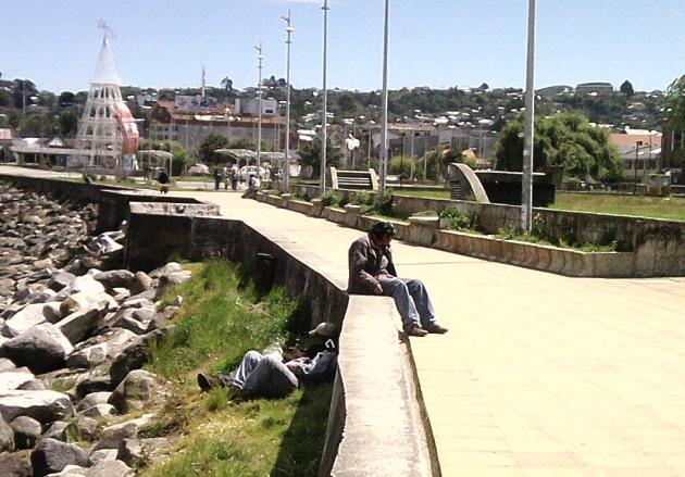 Personas ebrias dan recepción a turistas en Puerto Montt | Adolfo Escobar
