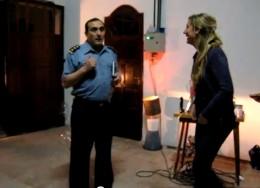 El policía bromista junto a la novia