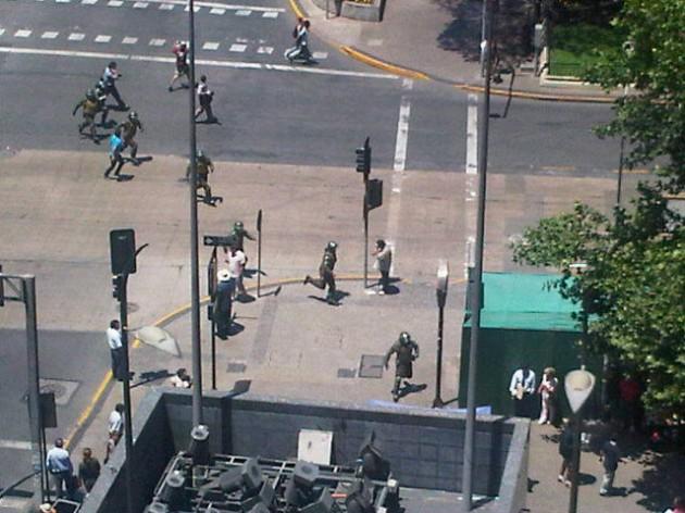 Disturbios en afueras de La Moneda /  @joniuz en Twitter