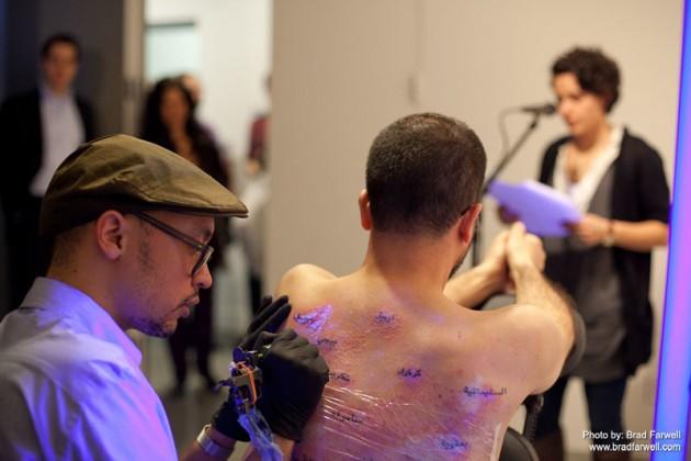 Bilal, anteriormente, tatuándose el mapa de Irak en su espalda | www.wafaabilal.com