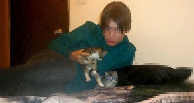 Joven con los gatos