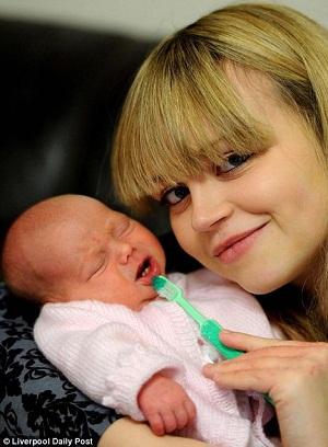 Bebé británica que nació con dientes deja atónitos a los médicos BEBE-DIENTES