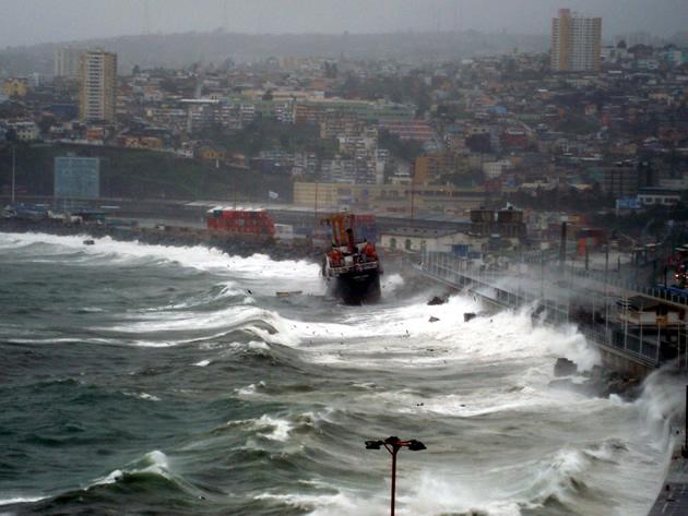 Barco encallado en Costanera