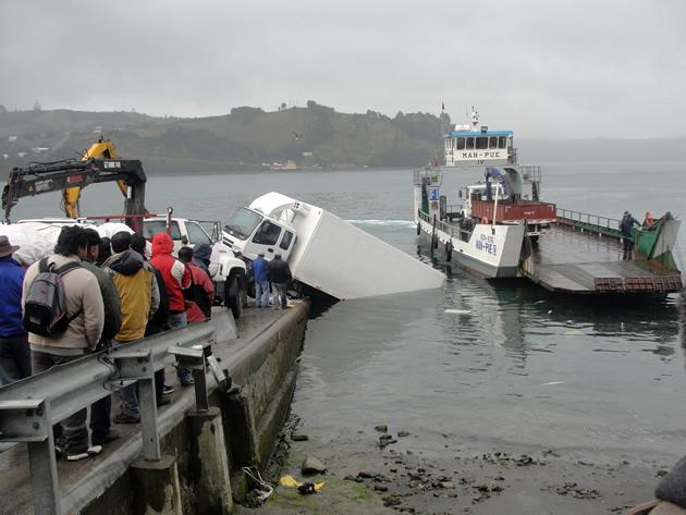 Rescate de camión desde canal Dalcahue   ElDalcahuino.com