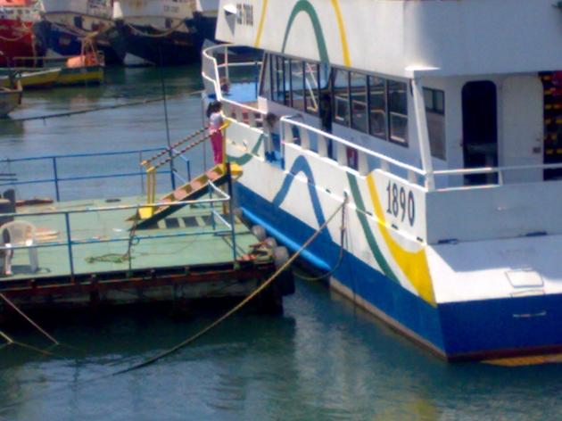 niña solitaria frente a un catamaran | Arturo Cordero Castro