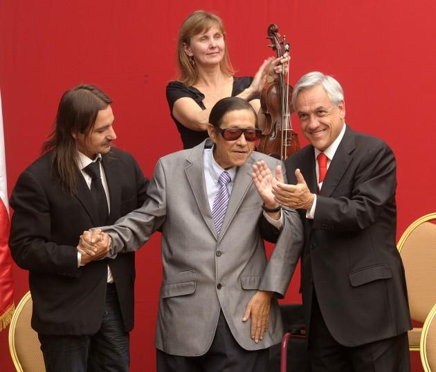 El Presidente junto al artista Jorge Pedreros | fotopresidencia.cl