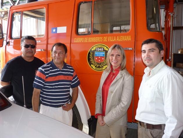 Senadora Lily Pérez y los bomberos   Imagen: Paulina Arancibia