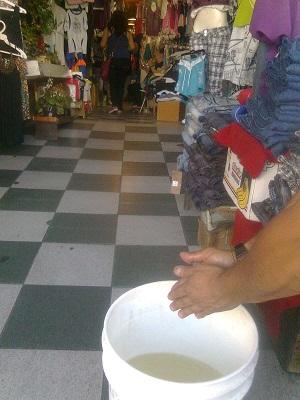 Locatarios deben acarrear el agua en baldes