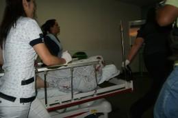 Menor es atendido por personal médico   Foto: Luis Jiménez