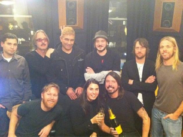 Foo Fighters junto al equipo de producción de su nuevo disco | Twitter