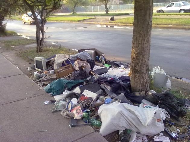 Acumulación de basura en la vía pública en Peñalolén,  el nacimiento de un microbasural | Fernando Díaz