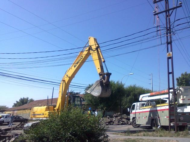 Retroexcavadora corta cables de suministro eléctrico/ Pablo Alvear