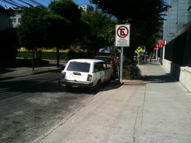 Vehículos ocupando espacio de ambulancias frente al Hospital Regional de Concepcion | Cristian Zambrano