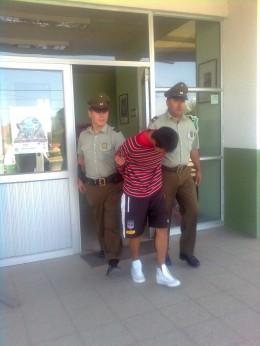 Uno de los detenidos por personal de Carabineros | Imagen: Miguel García