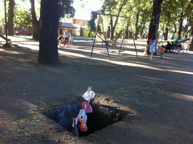 Peligroso hoyo a pocos metros de juegos infantiles en Curicó | Enrique Negrón