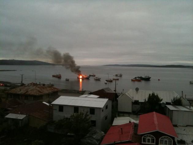 Barco se quema en Quellón |  Andres Lorca