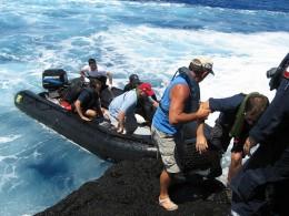 Desembarque de científicos en Salas y Gomez | Armada de Chile