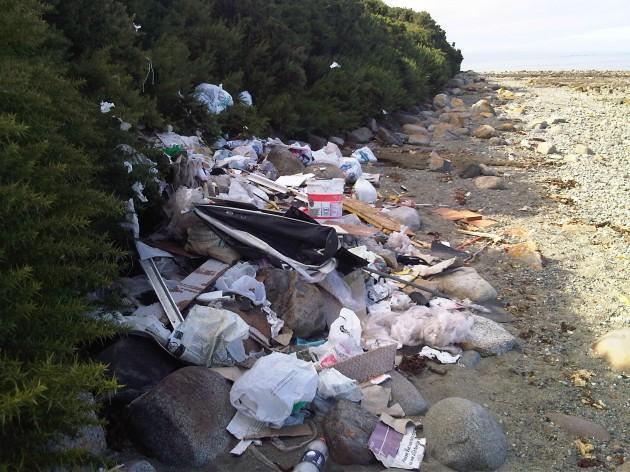 Basura en playa Pichiquillaipe / Joel Leal M