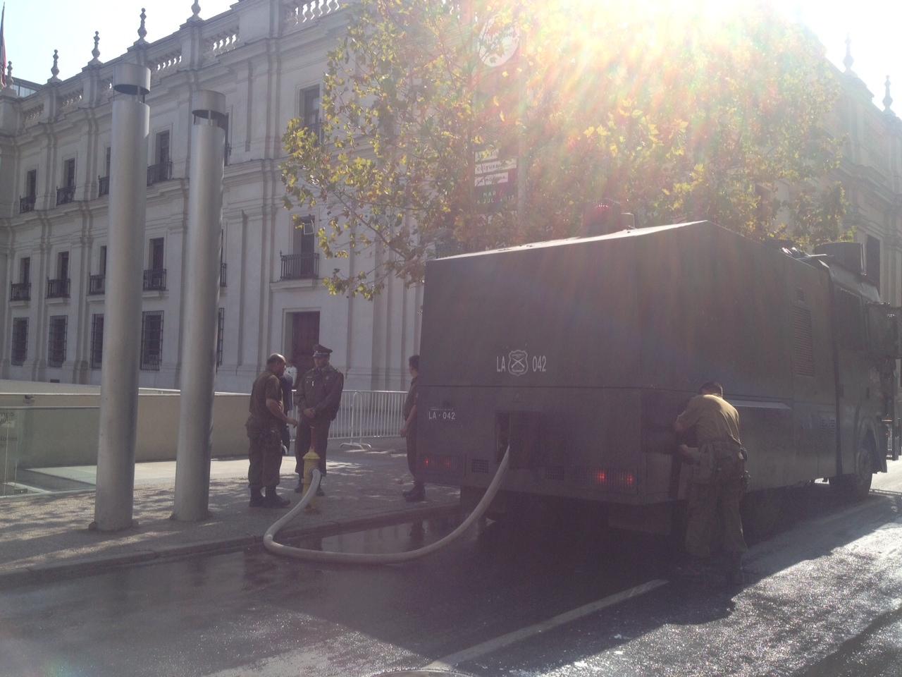 Guanaco extrae agua desde grifo en La Moneda