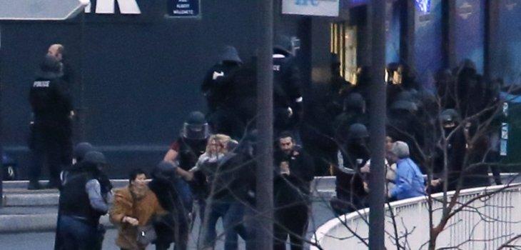 Rehenes escapando de tienda kish en París | Thomas Samson | AFP