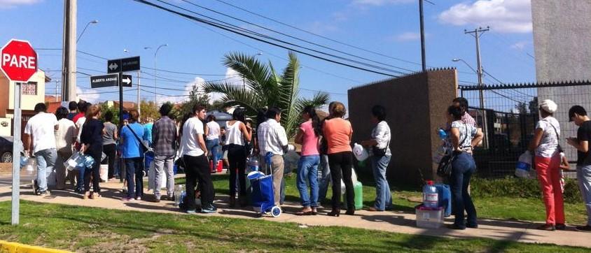 Filas para conseguir agua potable en La Serena | Cristian Muñoz