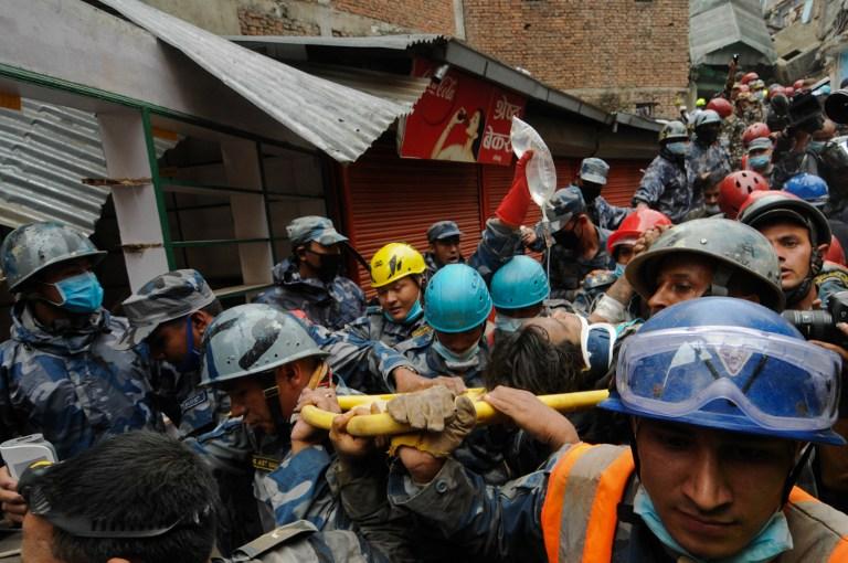 Rescatistas en Nepal trasladan a Pemba Lama | STR | AFP