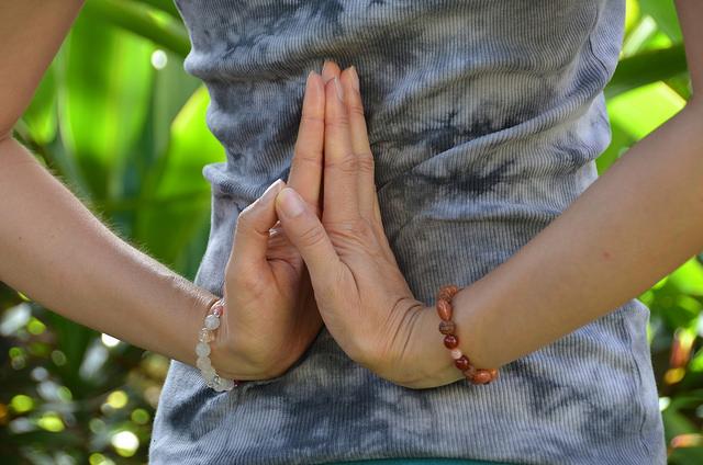 3 posturas de Yoga que pueden ayudar a aliviar la resaca