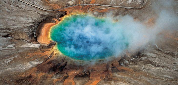 Colores llamativos de las aguas hidrotermales provocados por el Supervolcán de Yellowstone
