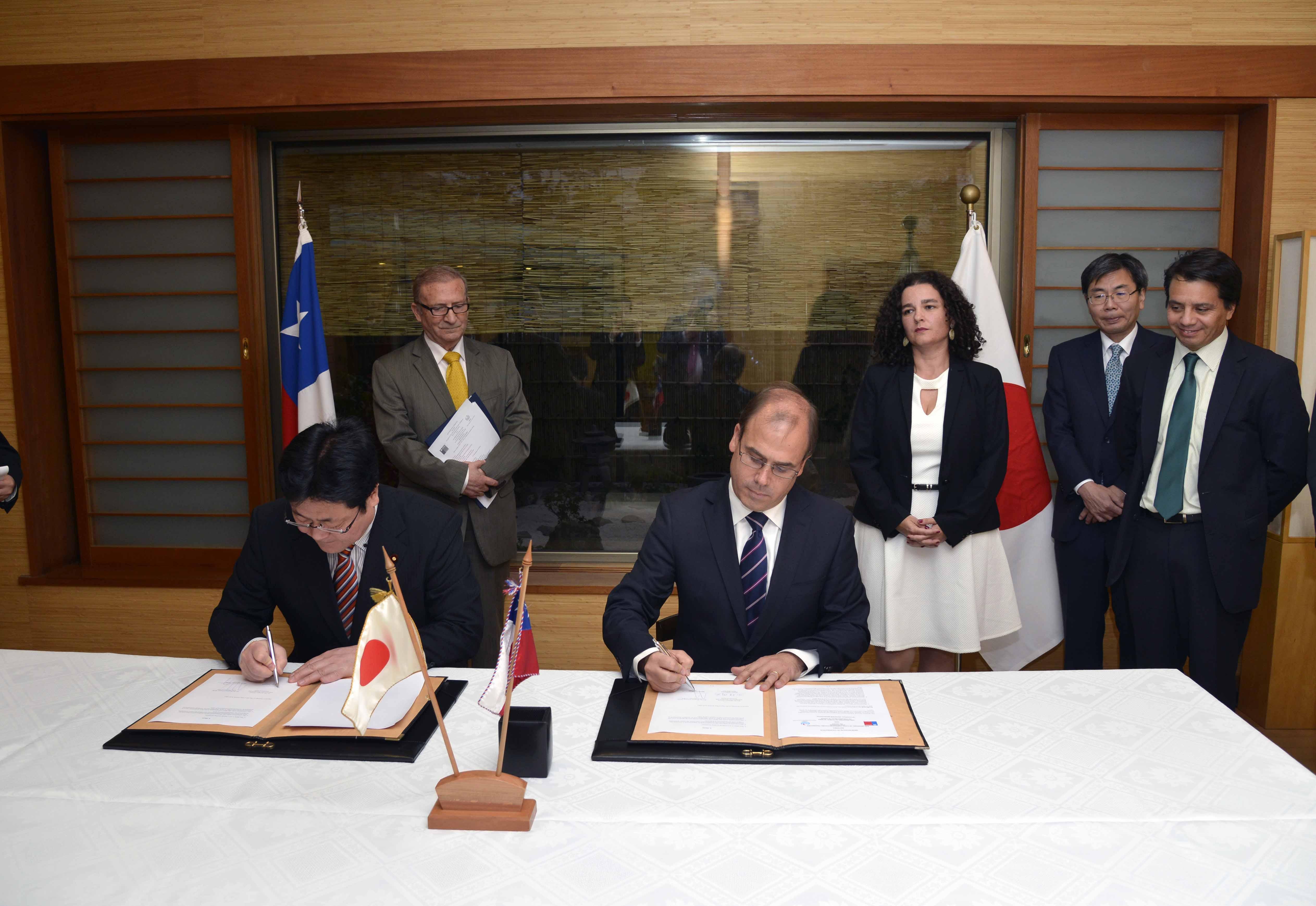 Ministro Undurraga firma convenio Japón | Comunicado de Prensa