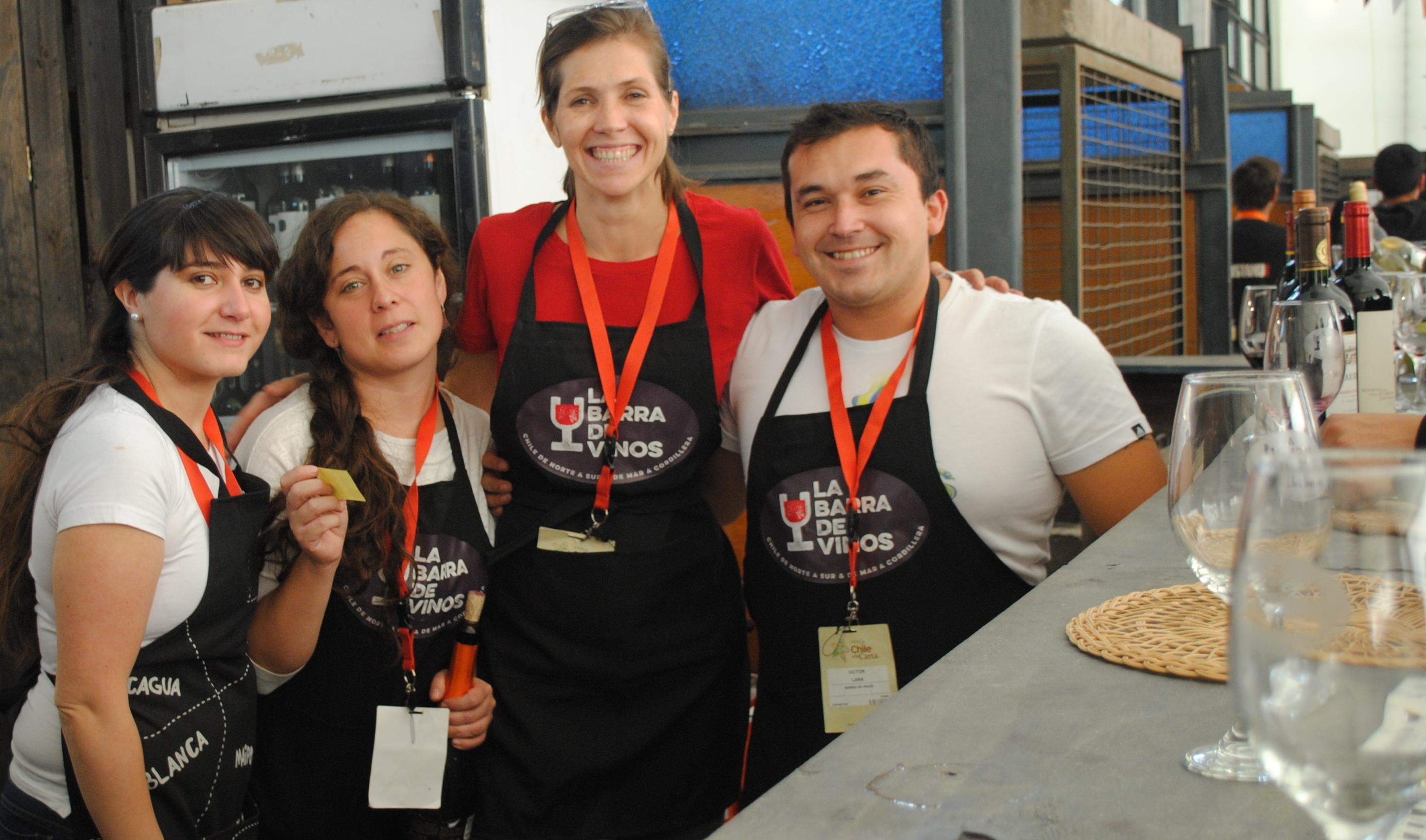 Mariana Martinez y su equipo de la Barra de Vinos. Foto: biobiochile.cl