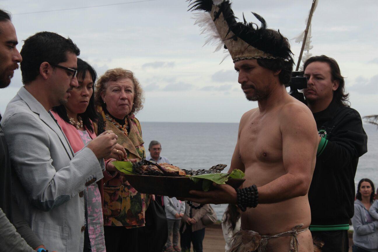 Ceremonia con autoridades en Rapa Nui