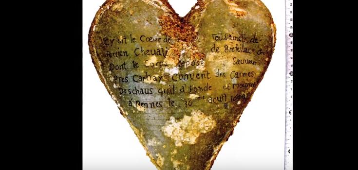 Inscripción de la urna del corazón de Toussaint Perrien, caballero de Brefeillac, que apareció junto al cuerpo de su esposa. / Rozenn Colleter/INRAP