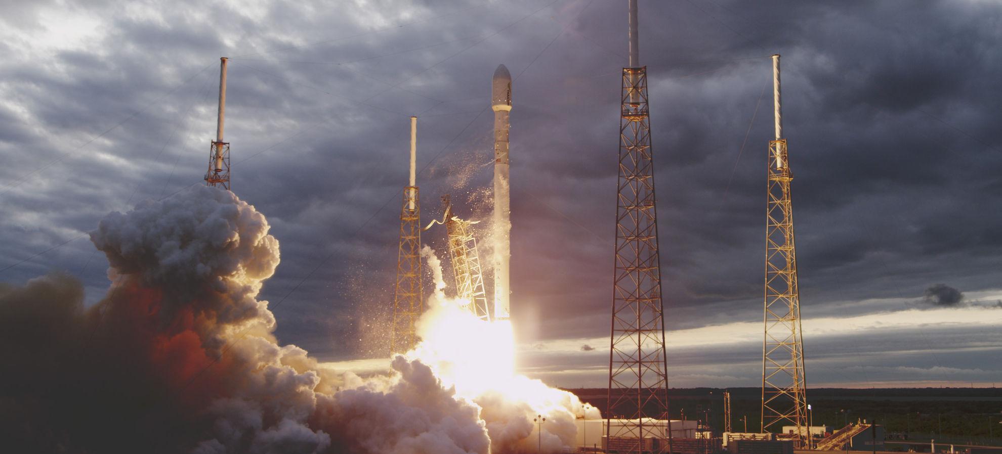 Cohete Falcon 9 despegando / SpaceX