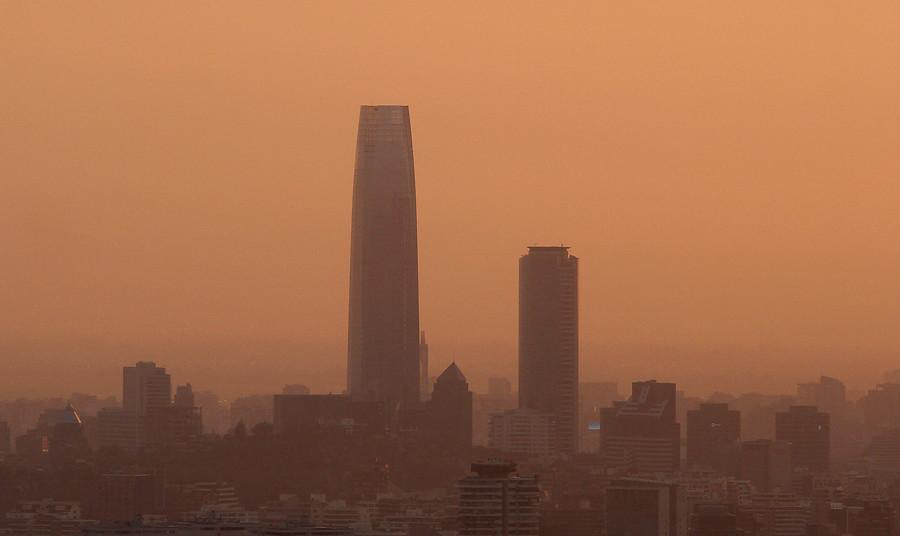 El atardecer de Santiago bajo la nube de humo | Rodrigo Saenz | Agencia Uno