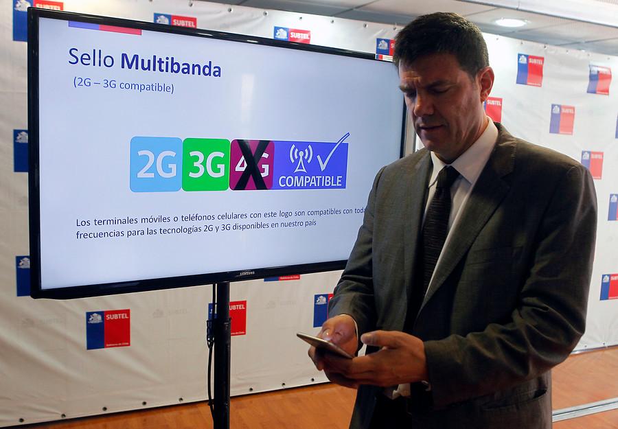 El ministro de Transportes y Telecomunicaciones, Andrés Gómez-Lobo, luciendo la nueva multibanda.   Archivo / Agencia UNO