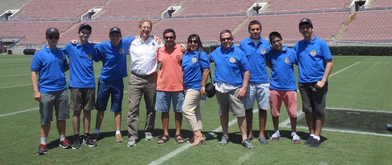 La delegación en el estadio Rose Bowl