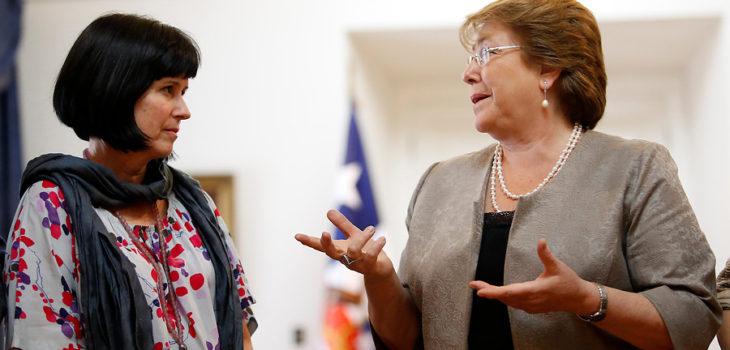 Roxana Pey (izquierda) con Bachelet | Francisco Flores | Agencia UNO