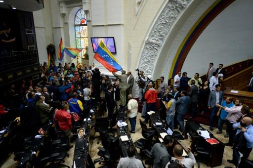 Grupos chavistas interrumpen sesión del Parlamento venezolano | Agencia AFP
