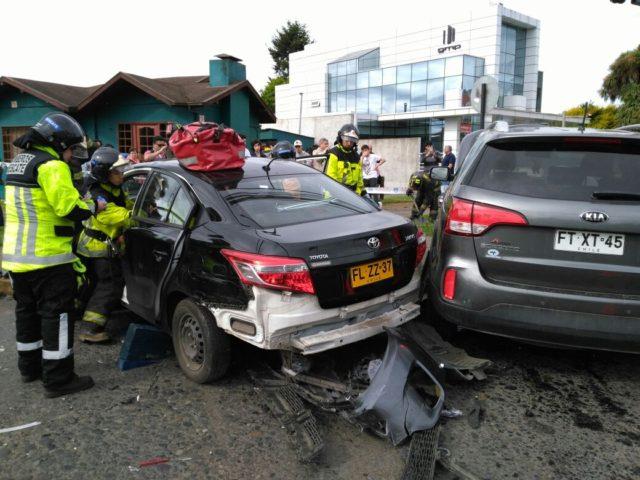 Automóviles menores colisionaron en intersección de calles Freire con Barros Arana