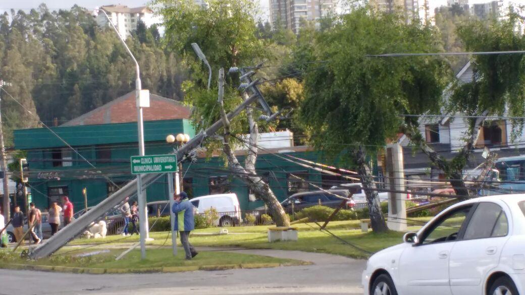 Camión derriba postes