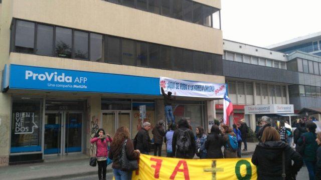 NO+AFP realiza cierre simbólico de AFP ProVida en Valdivia