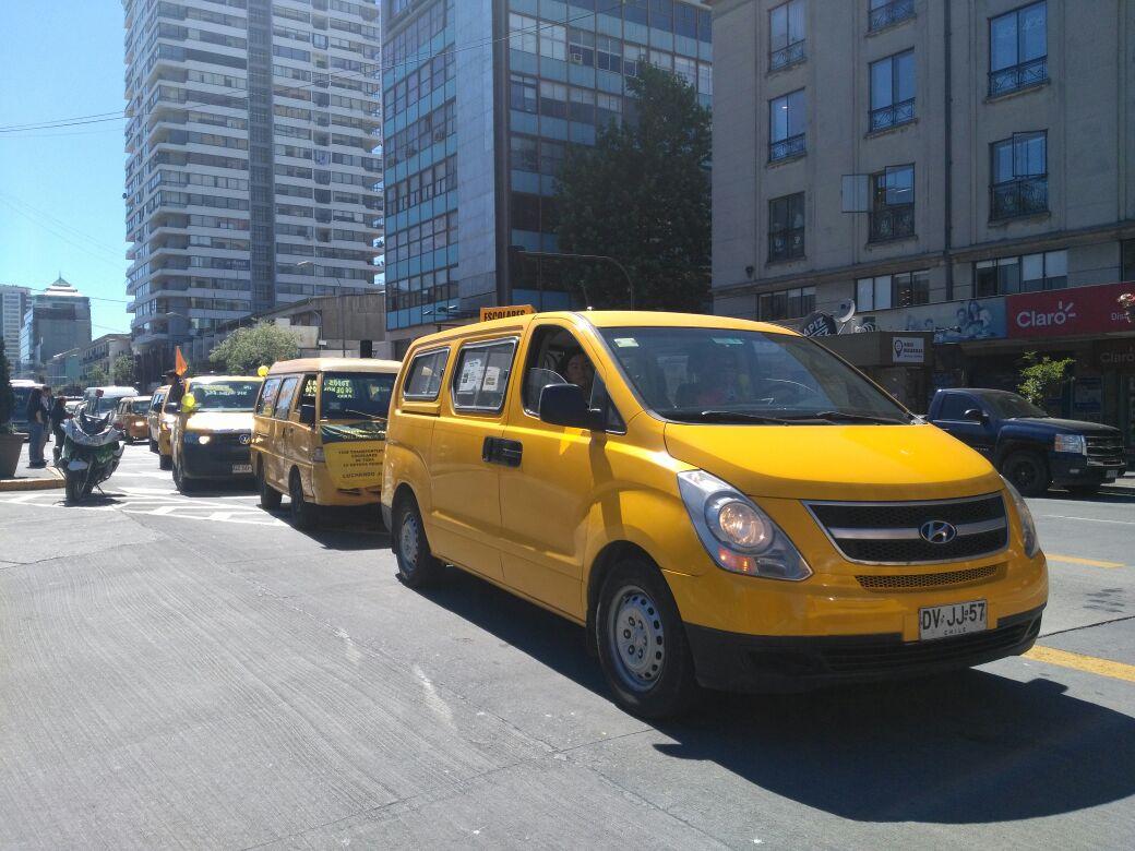Caravana de furgones escolares en Plaza Independencia