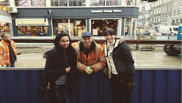 El joven posando junto a peatones    Xchrissygrace   Instagram