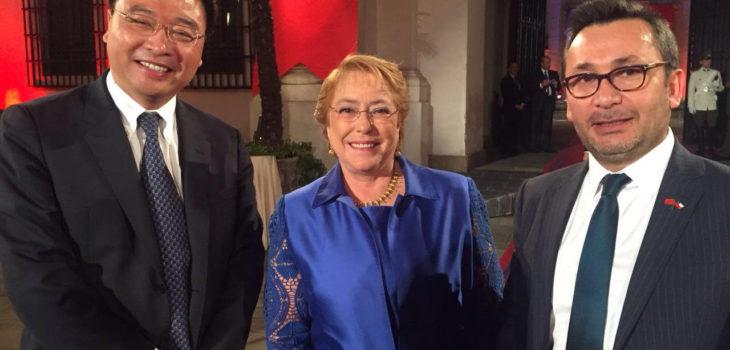 Qin Hua (CEO de Huawei Chile), la exPresidenta Michelle Bachelet y el gerente de asuntos corporativos de Huawei, Marcelo Pino