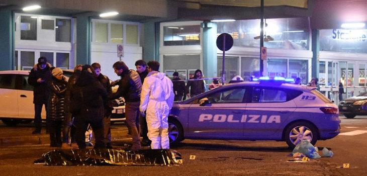 Policía forense italiana durante peritaje del cadáver del sospechoso | Agencia AFP