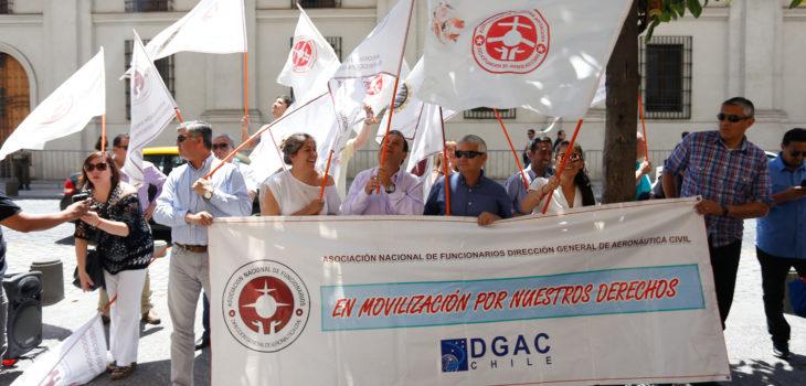 Funcionarios de la DGAC protestan frente Contraloría | Agencia UNO