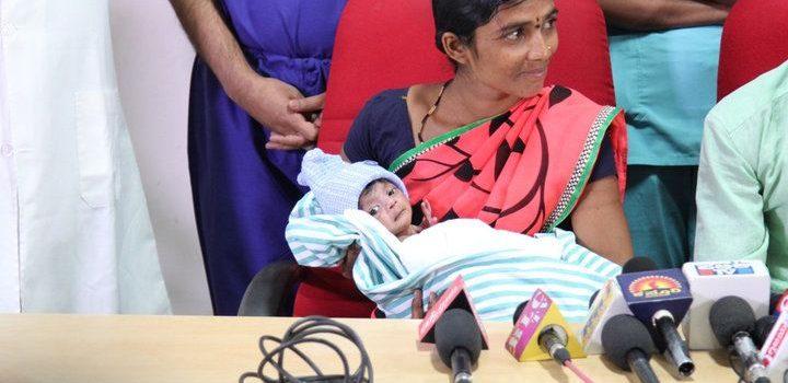 Lalitamma, junto a su bebé